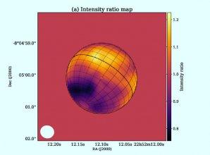 Poměr intenzity (naměřená hodnota vůči radiálnímu zprůměrovanému profilu) mapuje rozložení kyanovodíku; bílá elipsa vlevo dole představuje tvar syntetizovaného svazku Autor: Iino et al., doi: 10.3847/2041-8213/abbb9a
