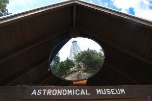 Sluneční věžový dalekohled v zrcadle nad průčelím Astronomického muzea. Mt. Wilson, Kalifornie, USA Autor: Zdeněk Bardon
