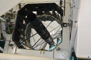 Pohled na primární zrcadlo (průměr 4,2 metru) dalekohledu WHT. La Palma Autor: Zdeněk Bardon