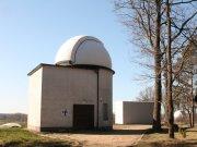 Kopule dalekohledu Universal, za ní domeček s odsuvnou střechou a vzadu kopule dalekohledu Reinfelder – Repsold Autor: Jaromír Ciesla