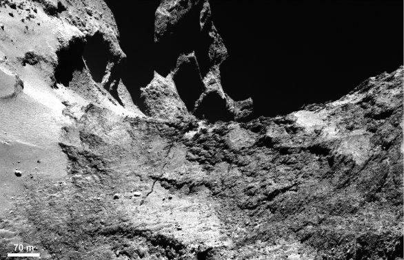 Prasklina v krku komety 67P Churyumov-Gerasimenko Autor: ESA
