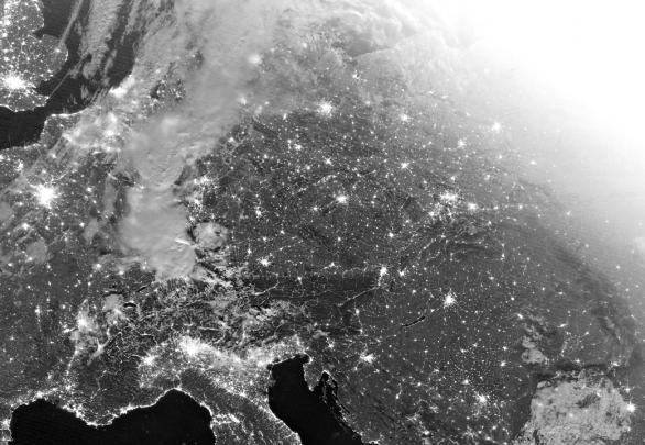 Snímek z družice Suomi-NPP, pořízený v kanálu DNB (Day/Night Band) dnešní noci v 01:00 UTC (03:00 SELČ). Celá scéna je nasvícená Měsícem čtyři dny po úplňku, díky čemuž jsou dobře vidět nejen detaily oblačnosti bouří nad Německem, ale i detaily terénu, avšak naopak zanikají zdroje slabšího osvětlení měst a obcí. Světlá oblast snímku vpravo nahoře je již přesvícena svítáním. Autor: NOAA/CLASS, Martin Setvák.
