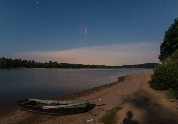 Rudý skřítek za měsíčního světla se vznáší nad Sečskou přehradou. Autor: Petr Horálek