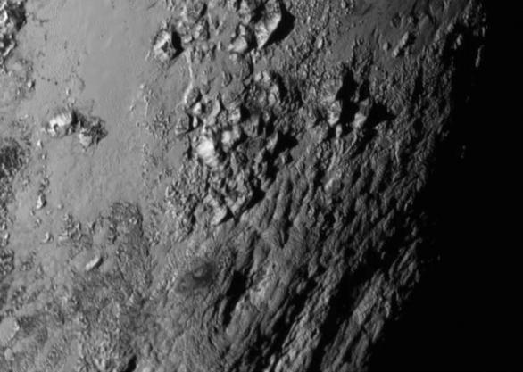 Detailní snímek Pluta v oblasti rovníku (Tombaugh Regio) Autor: NASA/JHUAPL/SWRI