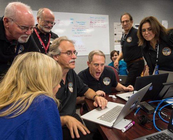 Člen týmu Alan Stern doslova vyražený ze židle prvními úspěšnými daty z New Horizons. Autor: New Horizons, NASA.