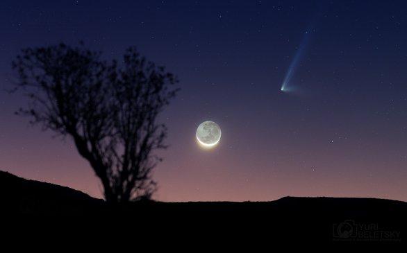 Krásný snímek komety PanSTARRS a mladého Měsíce nad pouští v Chile. Autor: Yuri Beletsky.
