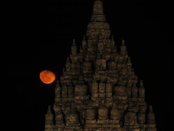 Východ Měsíce při závěrečném ceremoniálu v chrámu Prambanan Autor: Jan Kožuško