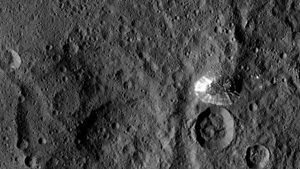 6 km vysoká hora na povrchu Ceres Autor: NASA/JPL-Caltech/UCLA/MPS/DLR/IDA