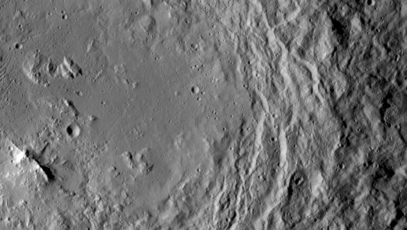 Kráter a jeho vnitřní pohoří Urvara na povrchu Ceres Autor: NASA/JPL-Caltech/UCLA/MPS/DLR/IDA