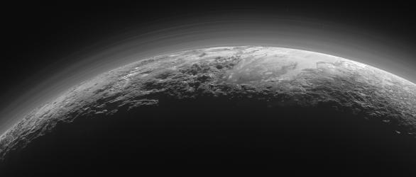 Pluto pohled na ubývající srpek a atmosféru Autor: NASA/JHUAPL/SWRI