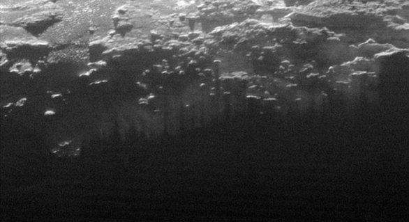 Krajina Pluta při západu Slunce Autor: NASA/JHUAPL/SWRI