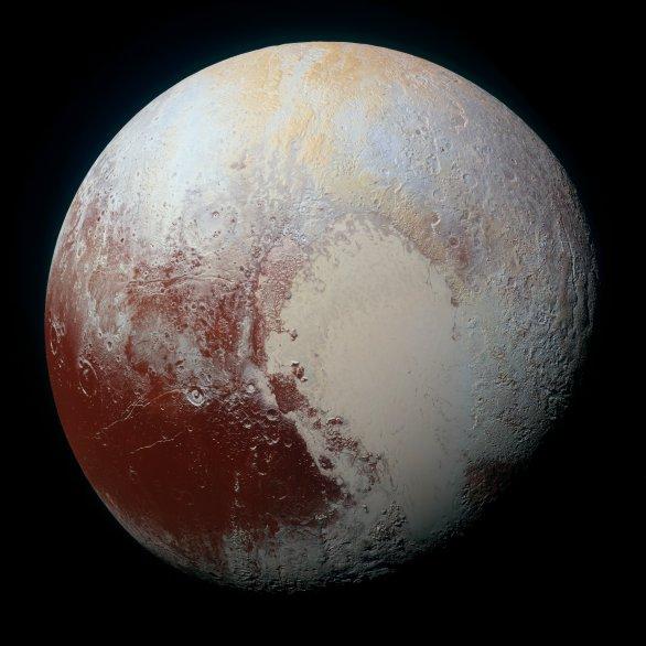 Pluto detailně ve zvýrazněných barvách. Kombinace snímků přes modrý, červený a infračervený filtr kamery RALPH/MVIC. Autor: NASA/JHUAPL/SWRI
