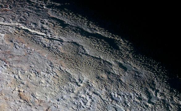 Vlnitý terén. Jeden hřeben vedle druhého u terminátoru Pluta Autor: NASA/JHUAPL/SWRI