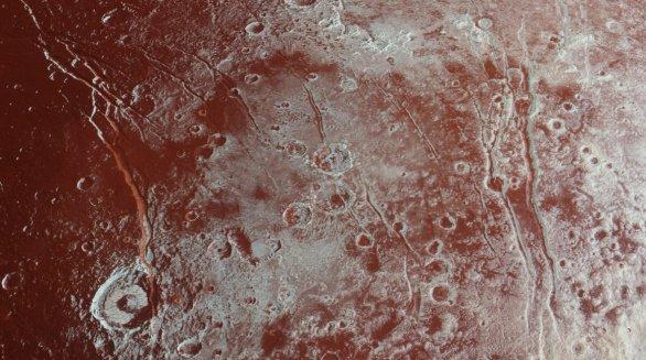 Rýhy na povrchu Pluta ve zvýrazněných barvách Autor: NASA/JHUAPL/SWRI
