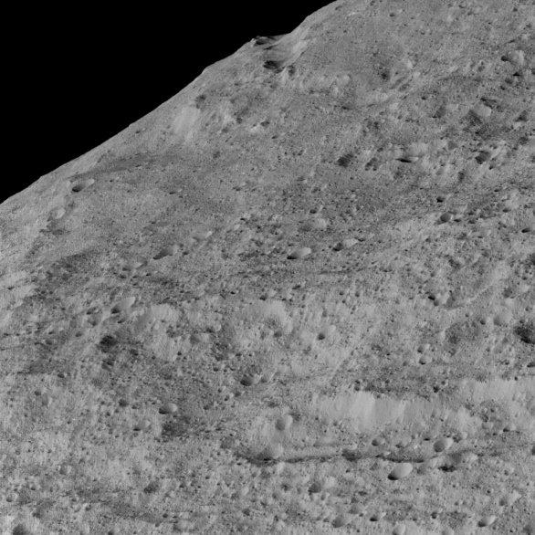 Oblast Samhain Catena ve středních šířkách Cerery Autor: NASA/JPL-Caltech/UCLA/MPS/DLR/IDA
