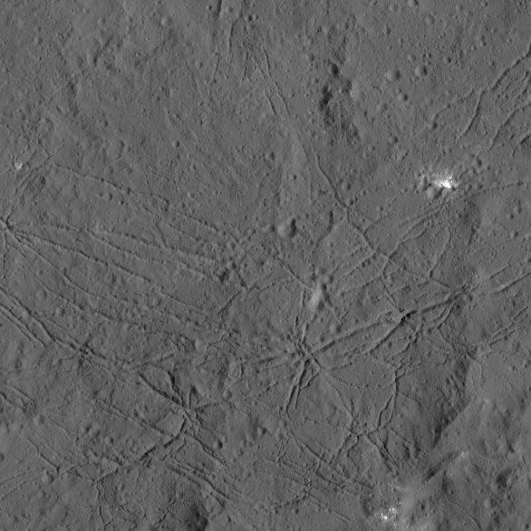 Dno kráteru Dantu na Ceres Autor: NASA/JPL-Caltech/UCLA/MPS/DLR/IDA