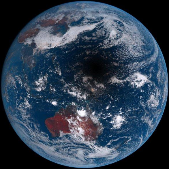 Stín (a polostín) Měsíce na povrchu Země východně od Indonésie (ostrovy jsou patrné vlevo dolů od stínu). Snímala družice Autor: Japonská meteorologická organizace