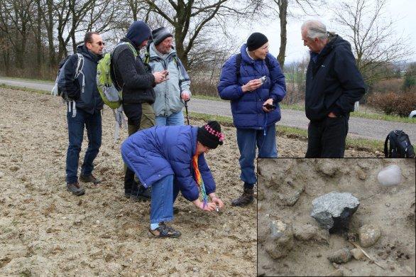 Obrázek dokumentující oblast nálezu meteoritu Stubenberg v Německu ze dne 12. 3. 2016 s detailním pohledem na meteorit (23.9 g) v nálezové pozici JV od stejnojmenného města Stubenberg. Autor: Dieter Heinlein.