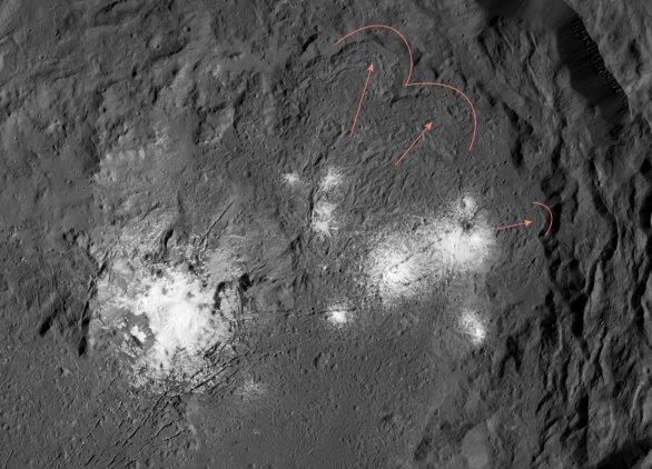 """Na vnitřní straně valů kráteru Occator vidíme tzv. """"flow fronts"""" – okraj toku materiálu, který se v tomto případě roztekl z vyvýšeného centra kráteru směrem k jeho okrajům Autor: NASA/Dawn/Petr Scheirich"""