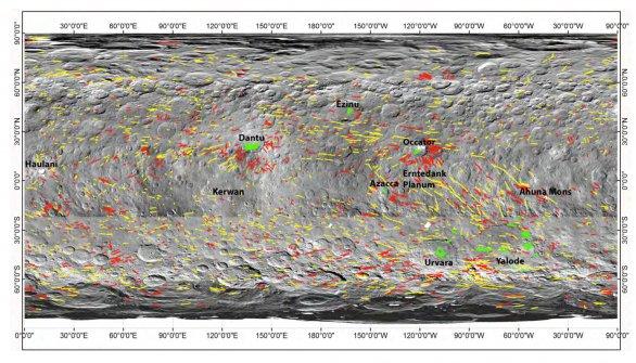 Mapa lineárních útvarů na povrchu Ceresu. Červeně vyznačené jsou brázdy, žlutě jsou řetízky jamek/kráterů, a zeleně jsou praskliny uvnitř kráterů Autor: J. E. C. Scully et al., LPSC2016