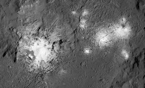 Detail světlých skvrn v kráteru Occator, pořízený sondou Dawn z nejnižší dráhy Autor: NASA/Dawn