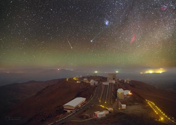 Díky svým jedinečným fotografiím se Petr stal prvním českým Foto ambasadorem pro ESO. Zde je zachycena kometa Lovejoy a meteor nad observatoří La Silla v Chile. Autor: Petr Horálek