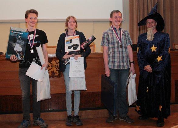 Místopředseda ČAS Pavel Suchan a vítězové finále kategorie EF 13. ročníku AO. Autor: Ondřej Trnka