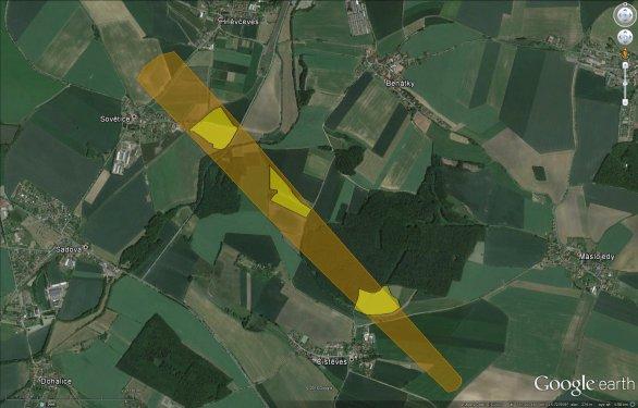 Nejpravděpodobnější pádová oblast s vyznačenými oblastmi, které byly již prohledané pracovníky ASÚ AV ČR (stav k 27. 5. 2016).  Zkuste se, prosím, zaměřit na ještě neprobádaná místa ve vyznačené zoně. Autor: Google/Pavel Spurný.