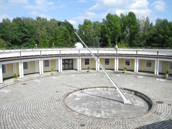 Sluneční hodiny v atriu observatoře v Chorzowě. Autor: Jaromír Ciesla.