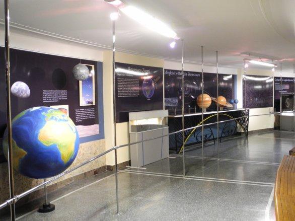 Galérie s modelem Sluneční soustavy na ochozu planetária v Chorzowě. Autor: Jaromír Ciesla.