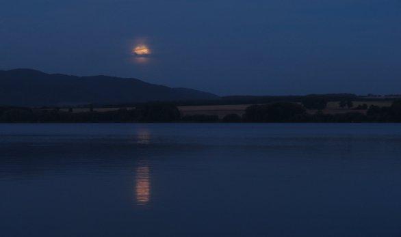 Měsíc nad jezerem Autor: Martin Gembec