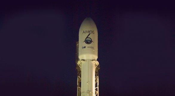 Špice rakety Falcon 9 s družicí Amos-6 na palubě krátce před testem, při kterém došlo k explozi Autor: SpaceX