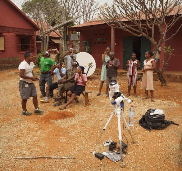 Pozorování prstencového zatmění 1. září 2016 na Madagaskaru. Malá krabička před montáží s bílým válečkem (pouzdro od kinofilmu) je meteostanice. Láhev vody je použita jako dodatečné protizávaží. Autor: Stanislav Daniš.