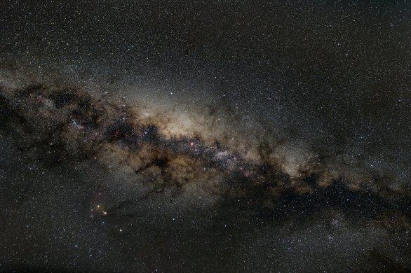 Snímek Mléčné dráhy směrem ke Střelci vznikl složením 10 dvou-minutových expozic na upravený Canon 5D Mk II a Samyang 24 mm, clona 2,8, ISO 800 na severu Madagaskaru (Antsiranana, dříve Diego Suarez) a odečtením temných snímků. Autor: Stanislav Daniš.
