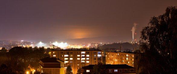 Skleník při pohledu z 30 km vzdáleného Liberce tvoří oranžovou záři za Jizerkami Autor: Dalibor Oršulík