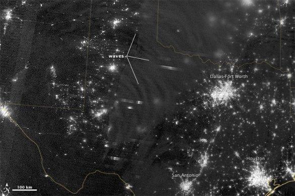 Hustotní vlny airglow zachycené kamerou družice Suomi-NPP. Autor: Družice Suomi NPP/DNB.