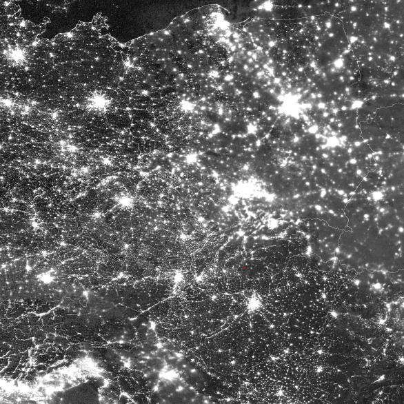 Ukázky snímků ze družice Suomi-NPP pro noc s airglow 2./3. prosince nad Slovenskem a Maďarskem - kanál Day/Night Band (DNB). Červenou tečkou je vyznačeno místo pozorování Romana Vaňúra. Autor: Družice Suomi NPP/DNB.