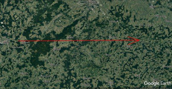 Průmět atmosférické dráhy bolidu EN071216 na zemský povrch (červená šipka). Skutečná délka vyfotografované atmosférické dráhy 125 km a bolid jí uletěl přibližně za 6,5 sekundy. Autor: Google/Pavel Spurný, Astronomický ústav AV ČR.