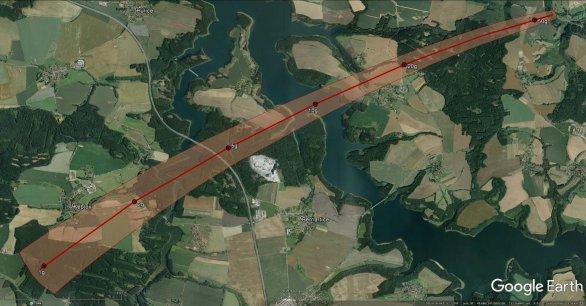 Schematické znázornění pádové oblasti bolidu EN071216. Menší úlomky jsou v jihozápadní části zvýrazněné pádové oblasti a jejich hmotnost vzrůstá směrem na severovýchod. Předpokládané hmotnosti pro danou oblast jsou na obrázku taktéž uvedeny. Autor: Google/Pavel Spurný, Astronomický ústav AV ČR.