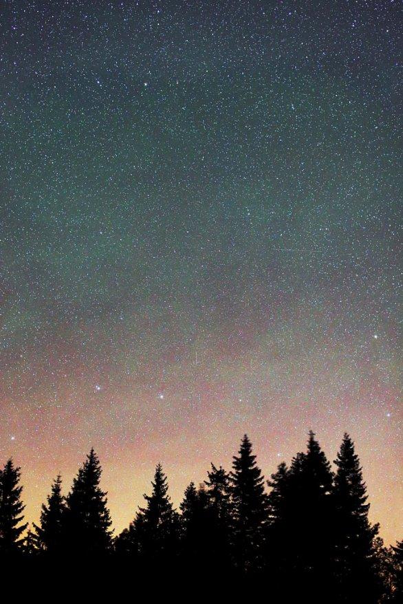 Moja túžba vyfotiť polárnu žiaru nad Slovenskom s hviezdnym zoskupením Veľký voz sa mi dosiaľ nepodarila, ale airglow s farbami polárnej žiary v druhej polovici noci 28./29. 8. 2016 áno. Autor: Marian Dujnič