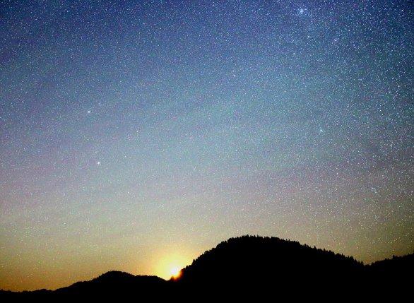 Ani vychádzajúci Mesiac na sklonku letnej noci neprekážal viditeľnosti airglow. Naopak, obloha získala belasý nádych ako počas svitania. Nielen v severnej a západnej časti oblohy boli štruktúry nočného žiarenia ovzdušia výrazné. Aj na severovýchode v súhvezdiach Býka, Blížencov a Raka. Autor: Marian Dujnič