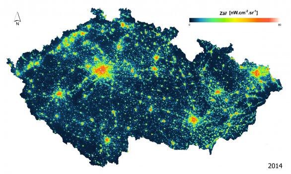 Noční snímek České republiky pořízený přístrojem VIIRS z družice Suomi NPP znázorňuje zenitovou zář, tj. světlo směřující přímo vzhůru (2014). Oblastí s tmavou oblohou v ČR rok od roku ubývá. Autor: Earth Observation Group / NOAA NGDC, úpravy Milada Moudrá.