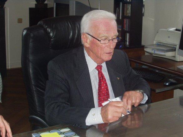 Eugene Cernan při autogramiádě v Národním muzeu v Praze, kde měl v říjnu 2004 tiskovou konferenci a setkání s mládeží. Autor: Archiv Jiřího Grygara.