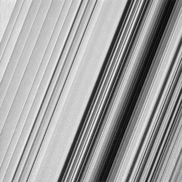 Podrobnější snímky prstence B umožňují prozkoumat jeho jemnou strukturu. Autor: Cassini/JPL/NASA.