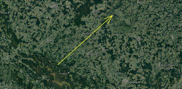 Průmět atmosférické dráhy bolidu EN270217 na zemský povrch (žlutá šipka). Skutečná délka vyfotografované atmosférické dráhy je 108 km a bolid jí uletěl přibližně za 4.1 s. Místa označená čtverečky označují polohu stanic bolidové sítě, které v této oblasti máme, tedy Kocelovice, Churáňov, Kunžak a Přimda. Díky jejich velmi vhodnému rozložení vůči dráze bolidu byly všechny parametry jeho průletu atmosférou určeny s velmi vysokou přesností. Autor: Google/Pavel Spurný, Astronomický ústav AV ČR.