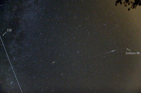 Přelet ISS a záblesk družice Iridium 94. Vzácně se můžeme během přeletu stanice vysoko na nebi (zde jasnost asi -4 mag) dočkat i záblesku družice Iridium (předpověď jasu též -4 mag). Stanice proletěla jen o tři minuty dříve. V době záblesku byla tedy ještě nad východem Autor: Martin Gembec