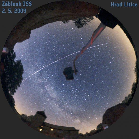 Záblesk ISS 2. 5. 2009 na hradě Litice. Obraz v celooblohovém zrcadle snímala zrcadlovka na držáku. Expozice 6 minut Autor: Martin Gembec