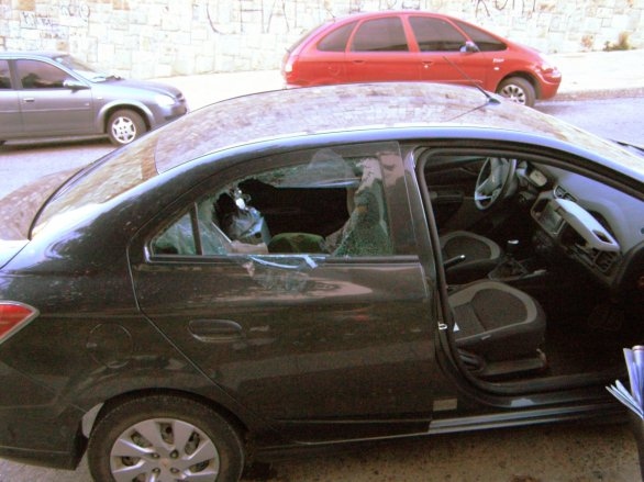 Automobil s rozbitým sklem po loupeži v Bariloche. Autor: Daniel Sokol.