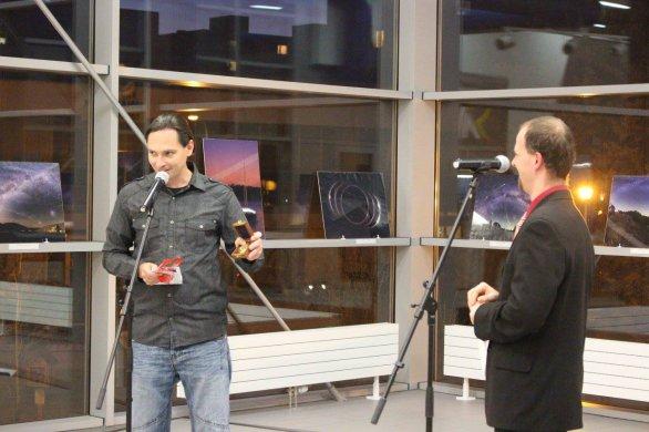 Fotograf Petr Horálek získal poctu Púchovského Eko-Astro Klubu za své zásluhy v podobě zlatého kompasu, který jej podle kurátora výstavy, Mariána Rečičára, má v životě nasměrovat správnou cestou za hvězdami. Autor: PEAK.