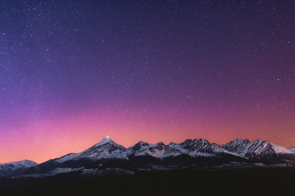 Na snímke z 20:31 SELČ (17 minút pred začiatkom astronomickej noci) vidno nad Tatrami ružovočervený oblúk. Trval necelých 5 minút. Na vrchole Kriváňa svieti čelná lampa vysokohorského turistu. Na ďalších záberoch možno sledovať nielen polárnu žiaru ale aj rezký zostup turistu po zelenej značke na Tri studničky (medzi Podbanským a Pribylinou). Autor: Marián Dujnič.